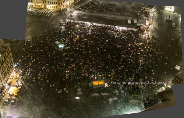 Panoramabild der Auftaktkundgebung Pegida auf dem Neumarkt vor der Frauenkirche Bild und Bearbeitung: Forschungsgruppe Durchgezählt
